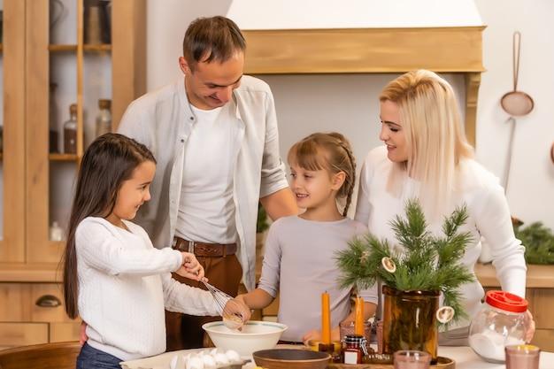 Familie allemaal samen tijdens het kerstdiner