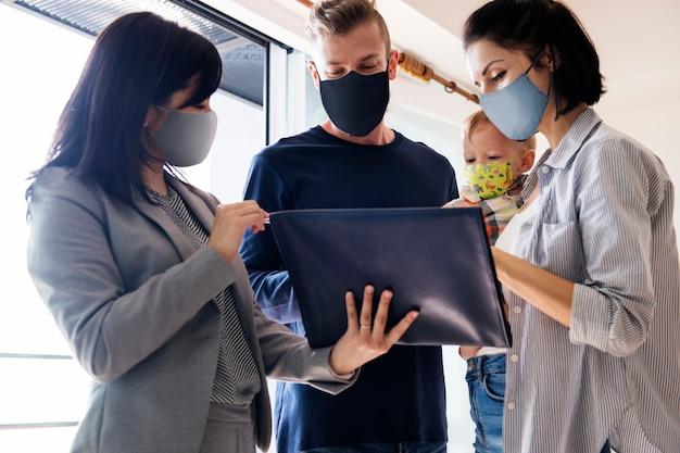 Familie appartement jagen met gezichtsmaskers