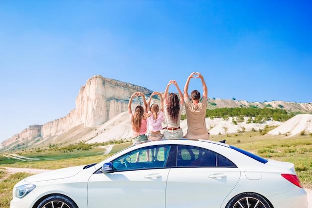 Familie auto zomervakantie. europese vakantie en auto reizen concept