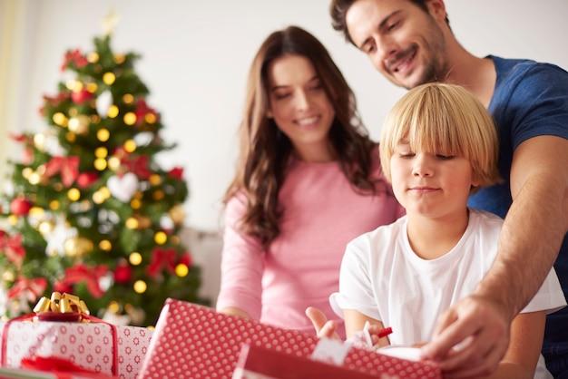 Familie begint met kerstmis vanaf het openen van cadeautjes