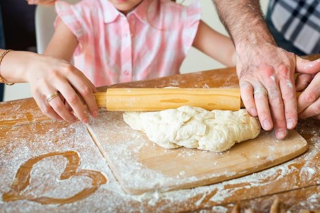 Familie bereidt pizza in de keuken