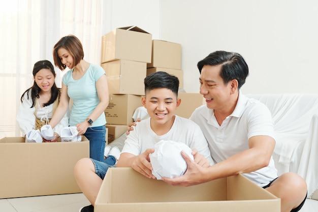 Familie bezittingen uitpakken