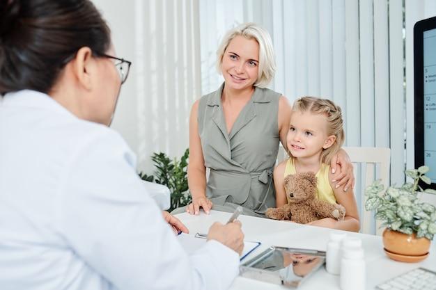 Familie bezoekende kinderarts