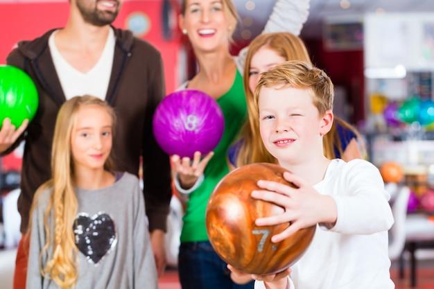 Familie bij bowling center