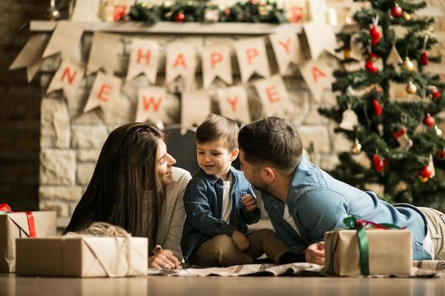 Familie bij de schoorsteen met kerstmis