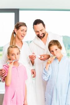 Familie bij tandzorgroutine in badkamers