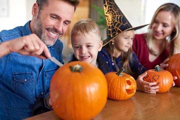 Familie boorpompoenen voor halloween