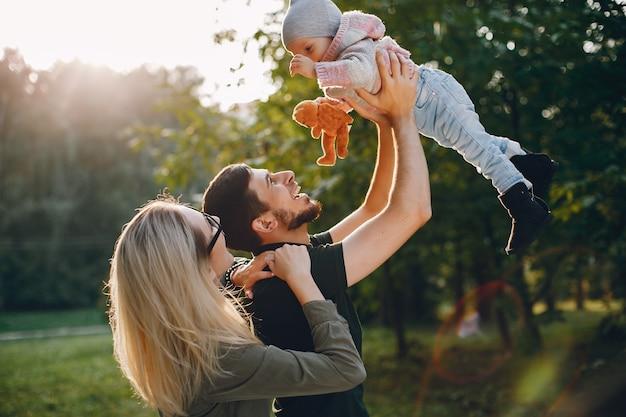 Familie brengt tijd door in een park