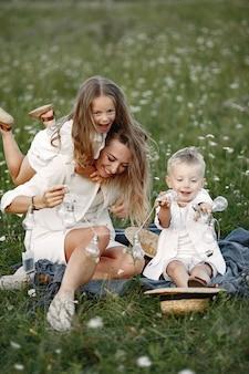 Familie brengt tijd door op vakantie in het dorp