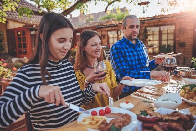 Familie buiten dineren