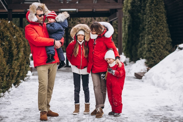 Familie buiten in de winter