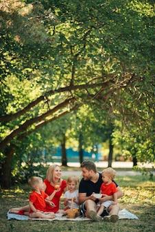 Familie buiten picknicken met hun kinderen