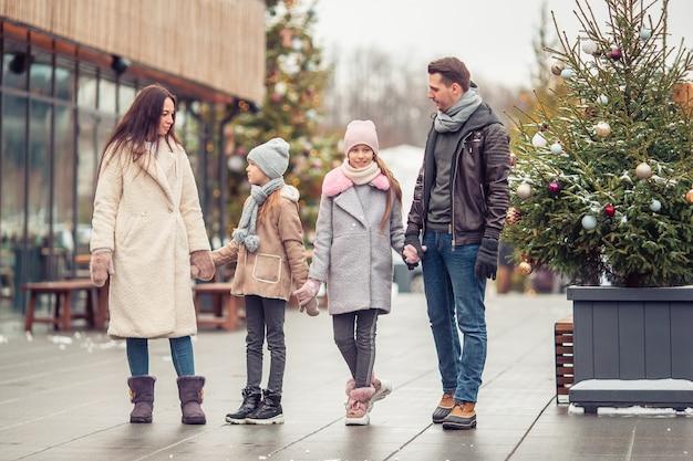 Familie buitenshuis op winterdag