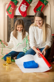 Familie cadeautjes inpakken en versieren voor kerstmis