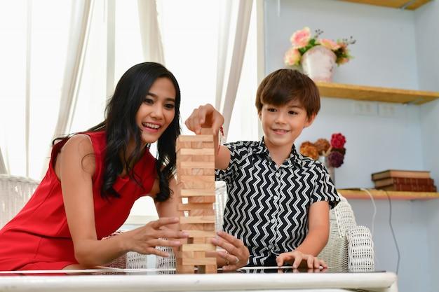Familie concept. familie is gelukkig in het huis. moeder en zoon spelen thuis plezier.