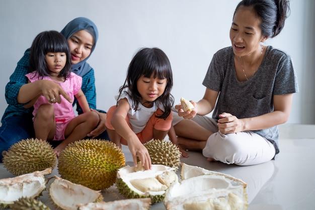 Familie die durian eet