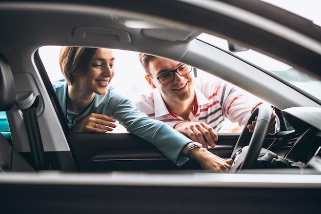Familie die een auto koopt bij een dealer