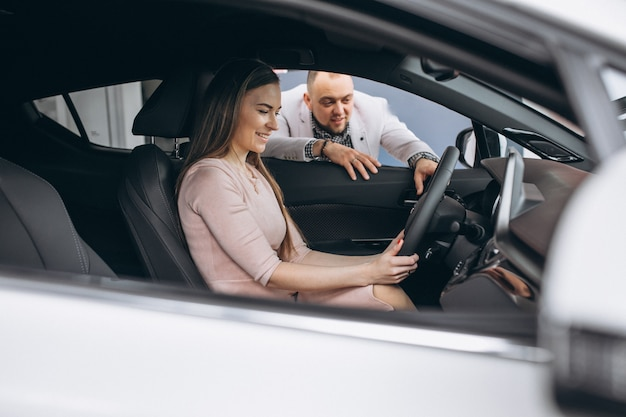 Familie die een auto koopt