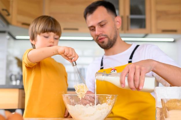 Familie die een deeg voor voedsel maakt