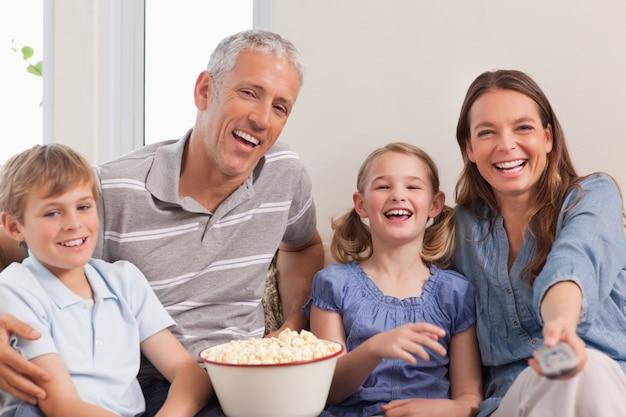 Familie die een film kijkt