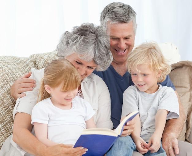 Familie die een fotoalbum bekijkt
