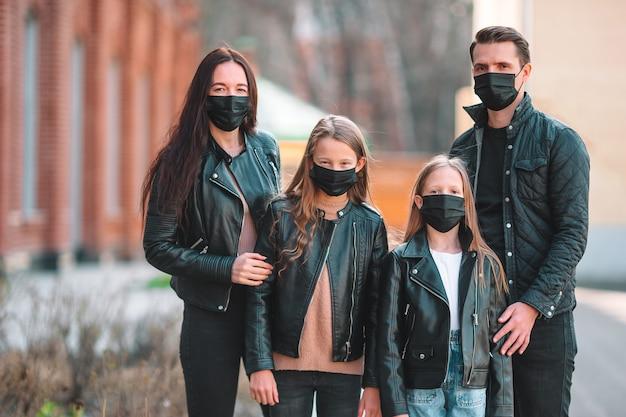 Familie die een masker in de straat draagt