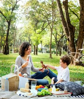 Familie die een picknick in het park heeft