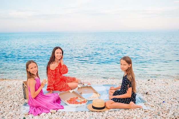 Familie die een picknick op het strand heeft