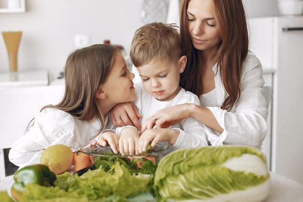 Familie die een salade in een keuken voorbereidt
