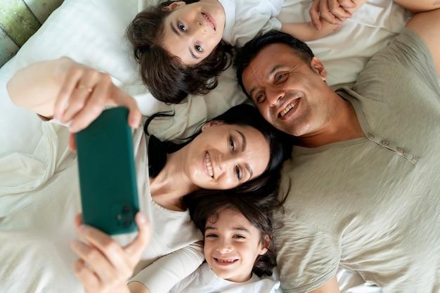 Familie die een selfie maakt met een smartphone