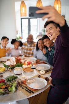 Familie die een selfie maakt voor het thanksgiving-diner