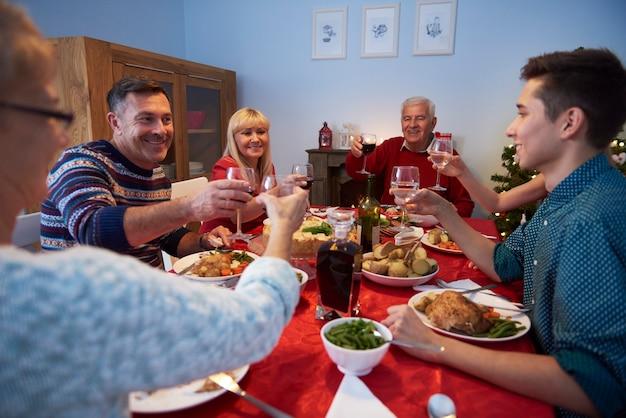 Familie die een toost maakt voor een gelukkig jaar