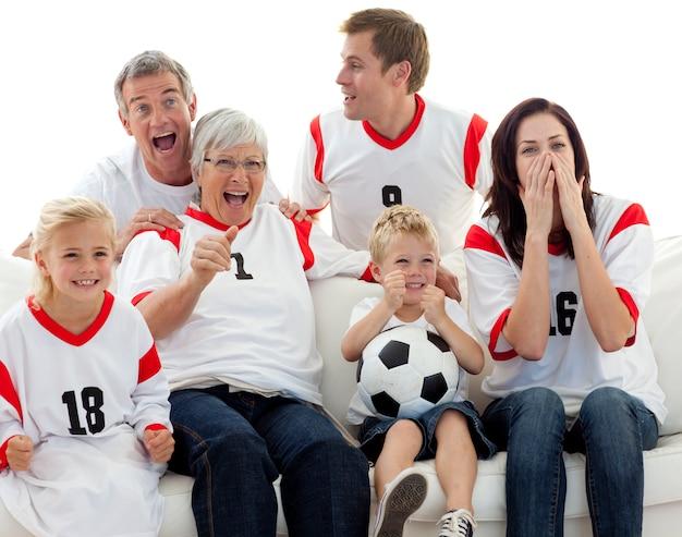 Familie die een voetbalwedstrijd in televisie bekijkt