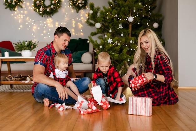 Familie die geschenken thuis uitpakt