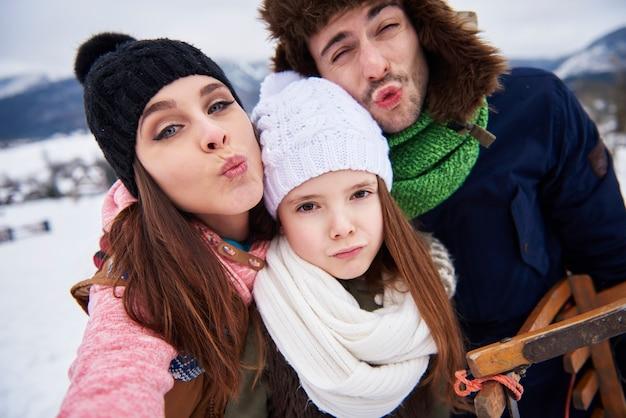 Familie die grappige gezichten voor de camera maakt