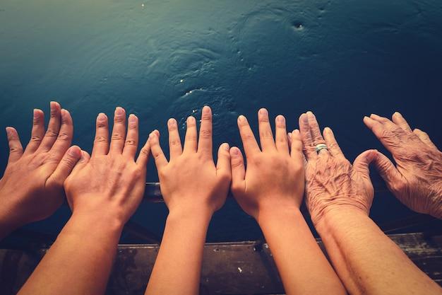 Familie die handen samen toont