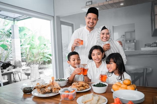 Familie die het vasten verbreekt