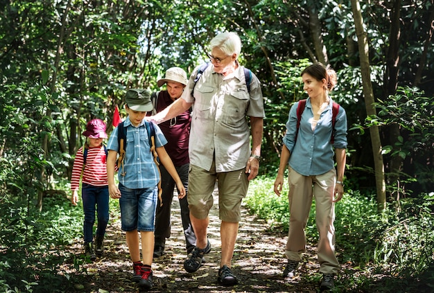 Familie die in een bos wandelt