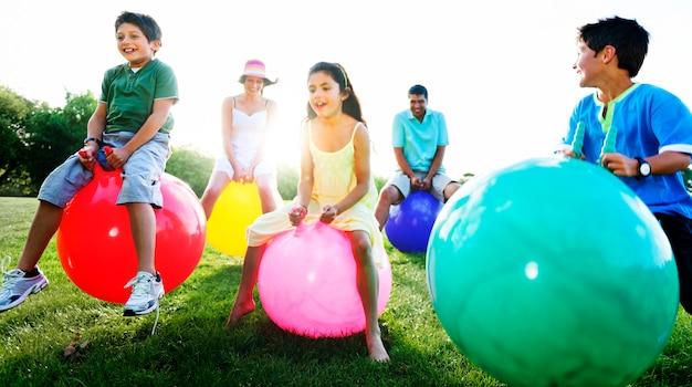 Familie die in openlucht balconcept spelen