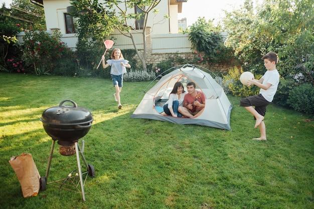 Familie die in openlucht van picknick geniet bij park