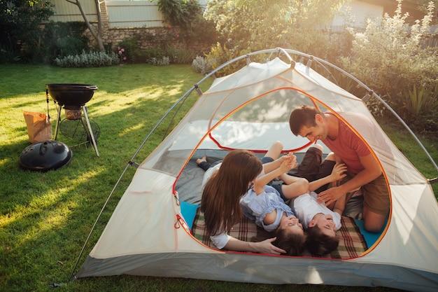 Familie die in tent tijdens vakantiepicknick geniet van