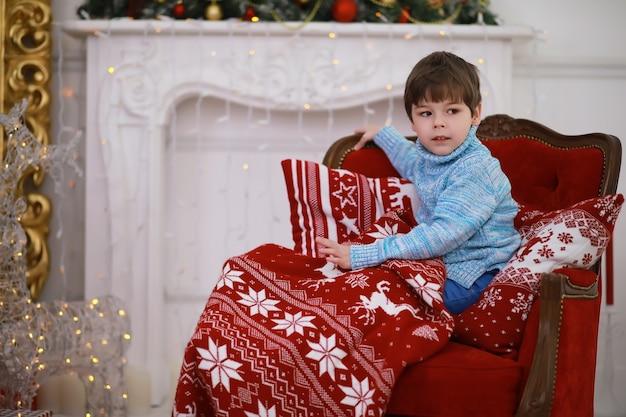 Familie die mooie levende kerstboom verfraait. liefdevolle familie met cadeautjes op de kamer. gelukkige familie op vakantie.