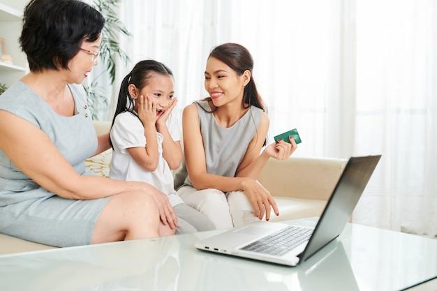 Familie die online winkelt
