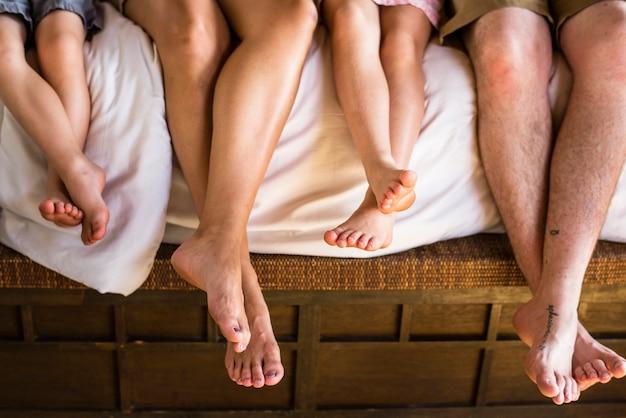 Familie die op het bed koelen