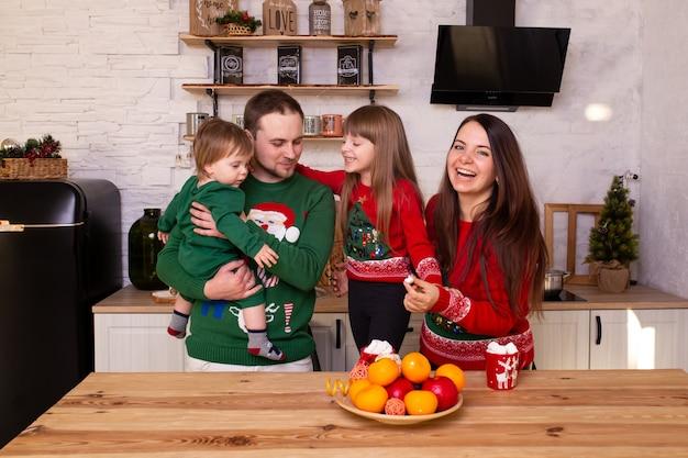 Familie die op kerstmis thuis in keuken wacht