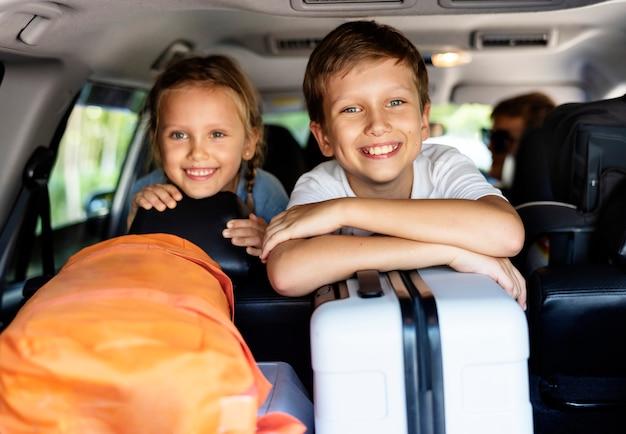 Familie die op vakantie gaat met de auto