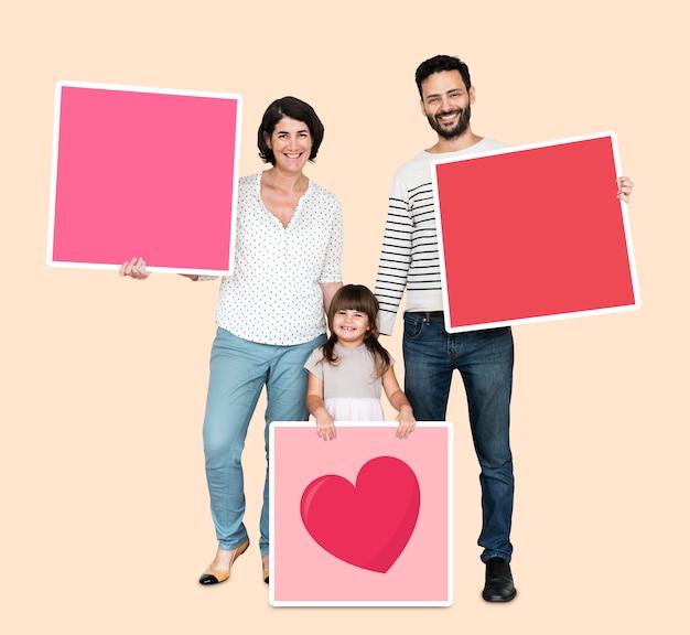 Familie die roze vierkante raad houdt