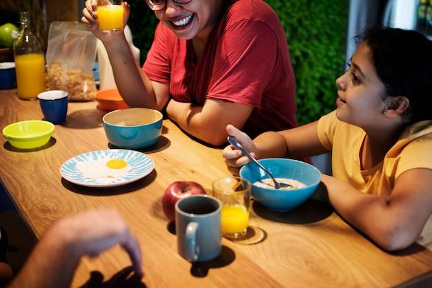 Familie die samen aan de eettafel eet