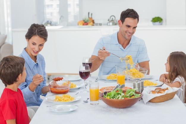 Familie die samen dineert