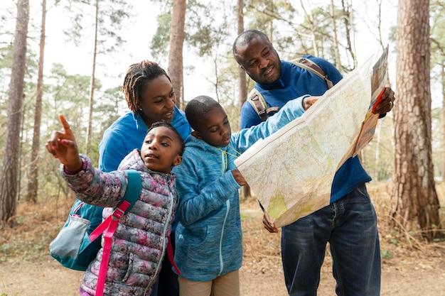 Familie die samen door het bos reist